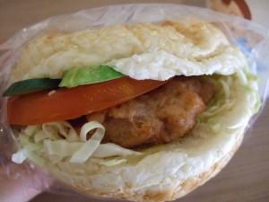 素食のハンバーガー。お肉っぽいのはグルテンで作った肉もどき。