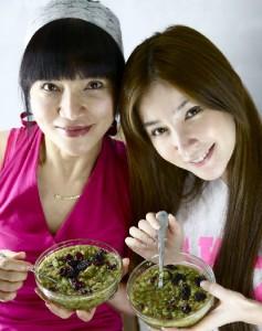 左の女性はシャロンのお母様。きれいですね!